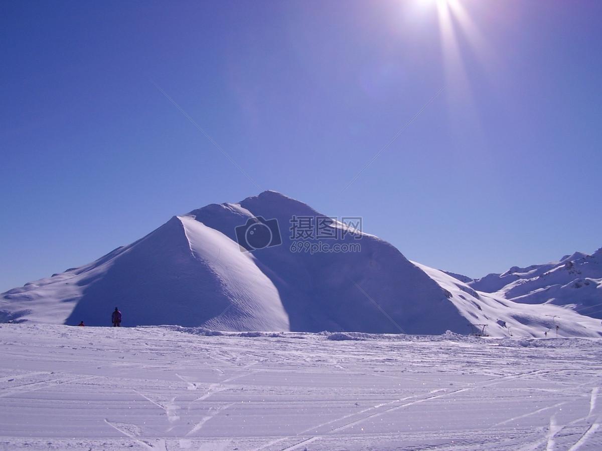 太阳下的雪山