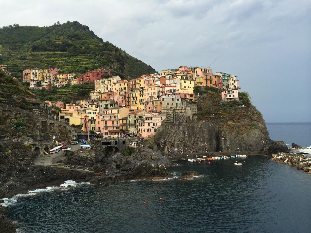 意大利靠海彩色房屋