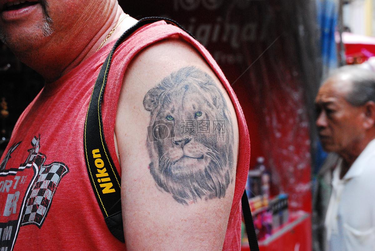 阳光下的狮子纹身