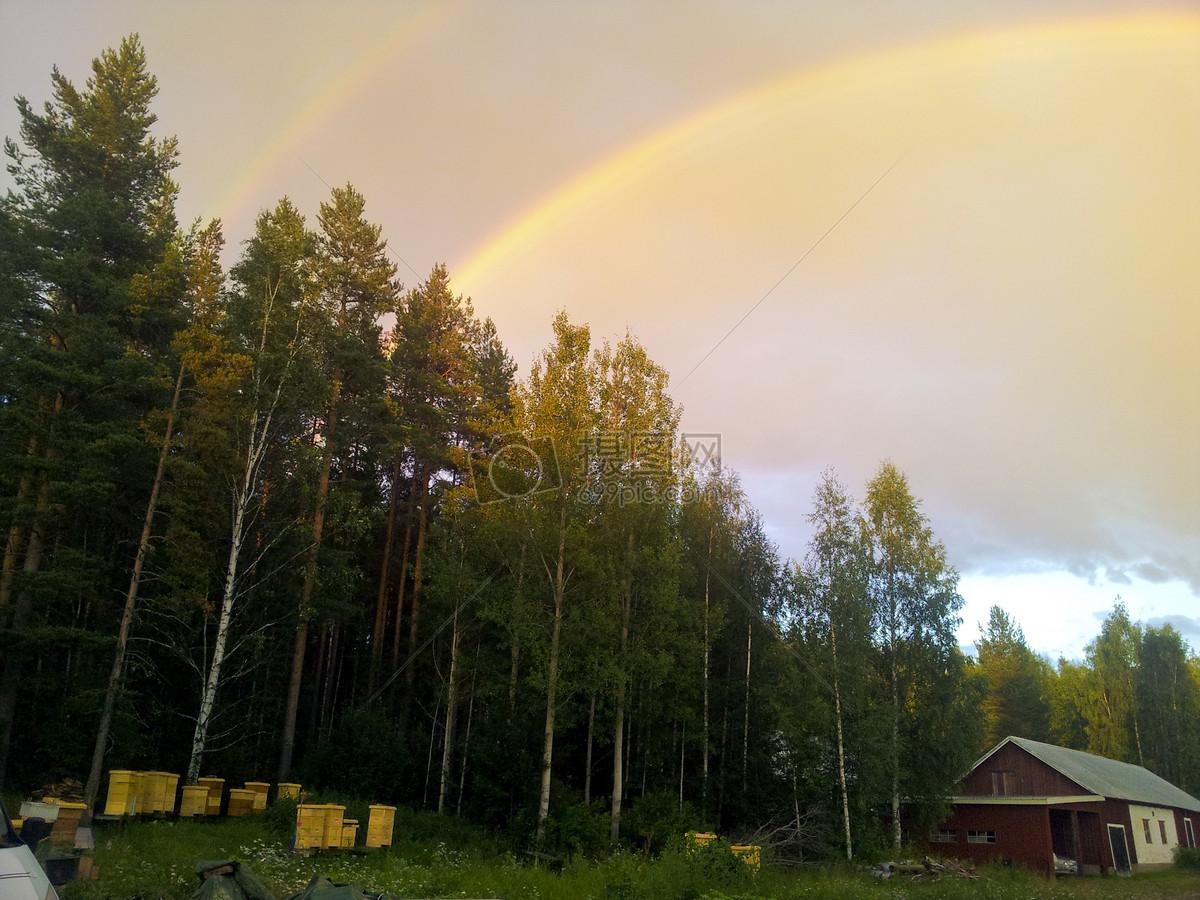 阳光下的美丽彩虹